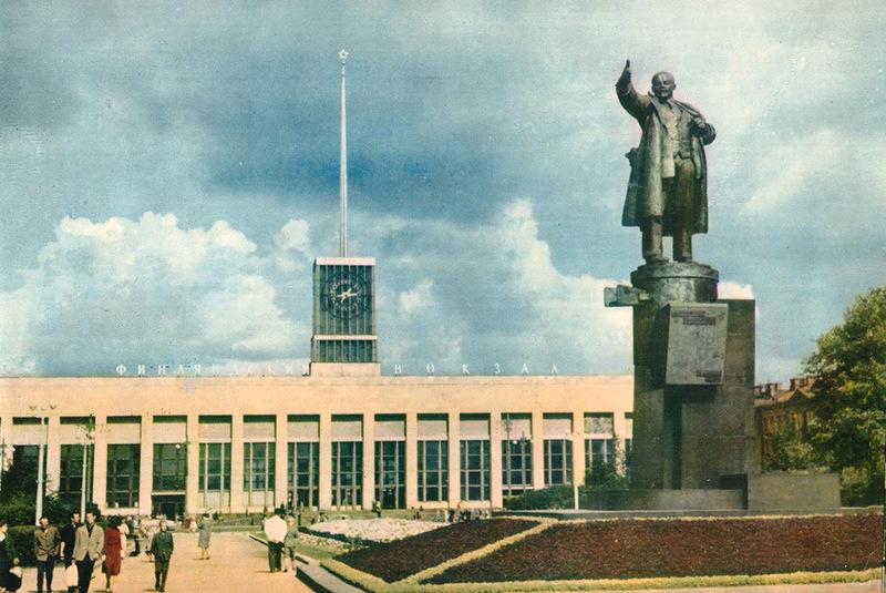 055 Памятник В. И. Ленину на площади Ленина. Вдали - здание Финляндского вокзала.jpg