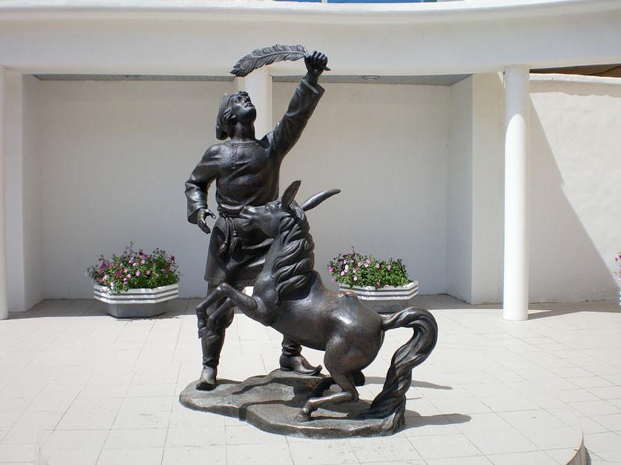 235  Памятник Иванушке и Коньку-Горбунку в Астрахани