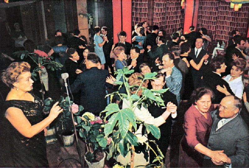 130 Народ празднует Первомай в ресторане. Под пение вживую танцует и стар, и млад.jpg