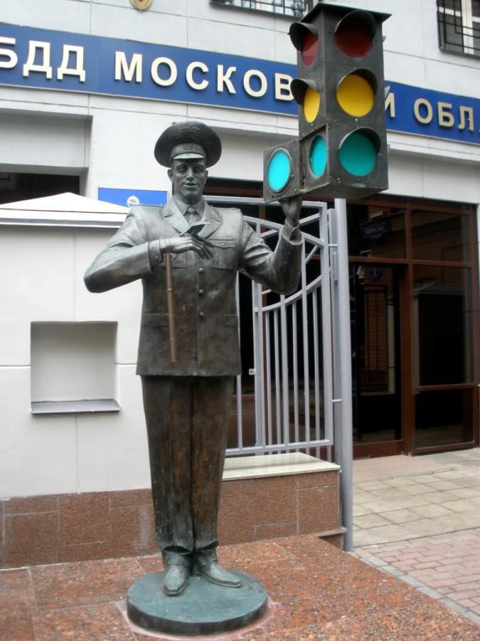 250 памятник Дяде Степе перед зданием ГИБДД в Москве