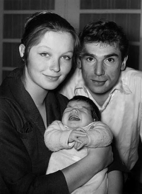 1090 Марина Влади и Робер Оссейн с сыном Петром.jpg