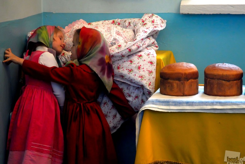 Дети в храме. Автор Елена Девяшина.jpg