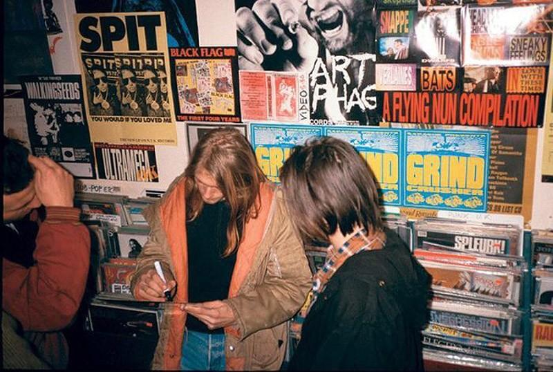 356 Курт Кобейн дает автограф в Rough Trade Records в Лондоне. 4 декабря 1989 года
