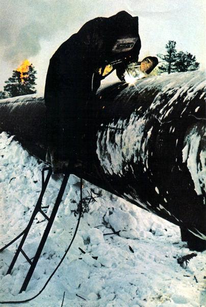 103 Сварщик работает нa нефтепроводе в районе Самотлора.jpg