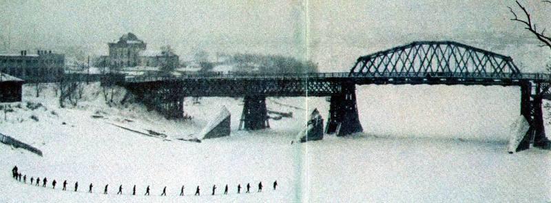 104 Мост через реку Тура в Тюмени. Урок физкультуры на лыжах. Кстати, хорошо видны ледорезы. Там был раньше другой мост, или так и было задумано....jpg
