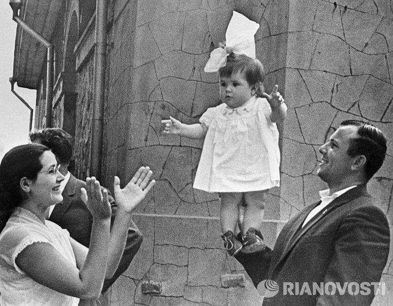 1074 Юрий Гагарин с женой и дочкой на отдыхе в Крыму.jpg