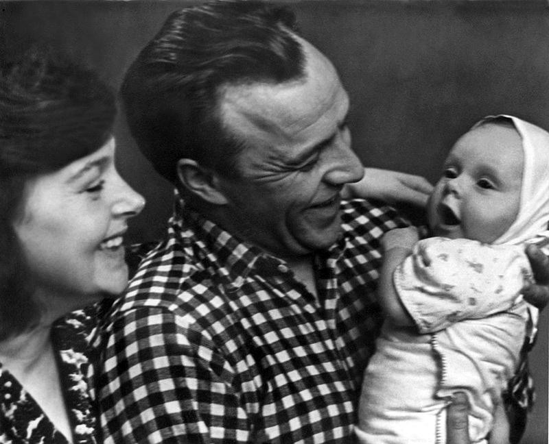 1078 Михаил Ульянов и Алла Парфаньяк с дочерью Леной.jpg