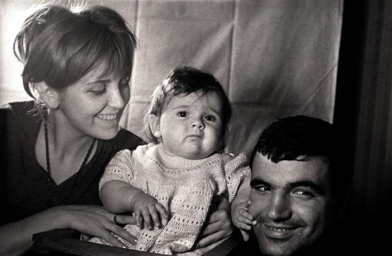1081 Инна Гулая и Геннадий Шпаликов с дочерью Дашей..jpg