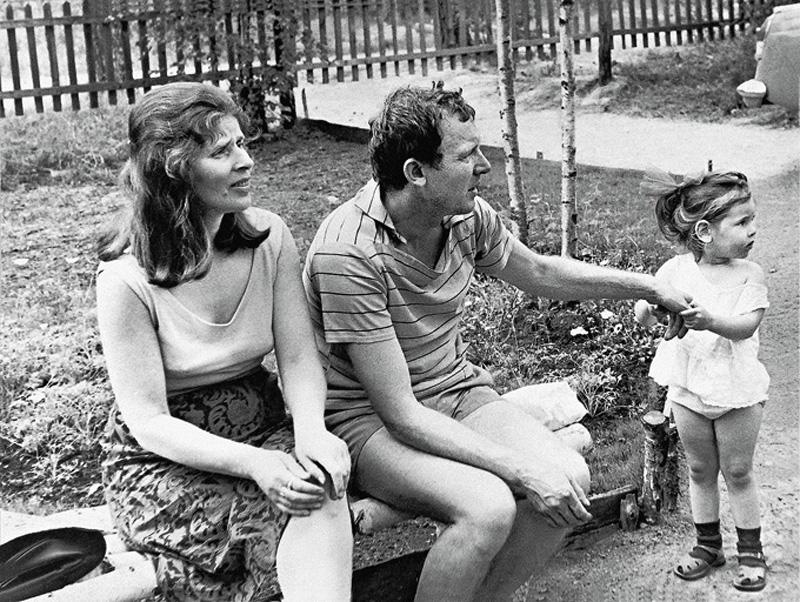 1061 Иннокентий Смоктуновский с женой и дочерью на даче под Ленинградом в поселке Горьковский, 1967 г..jpg