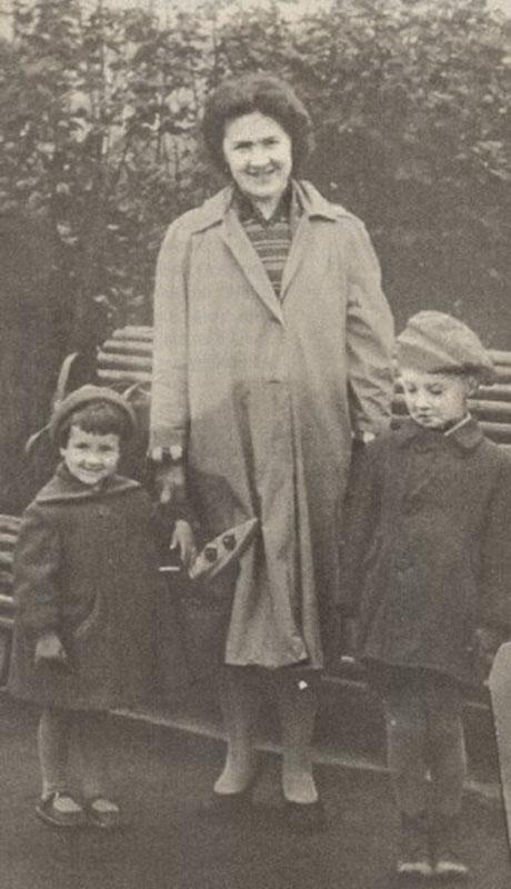 1066 Юрий Шевчук с мамой и сестрой.jpg