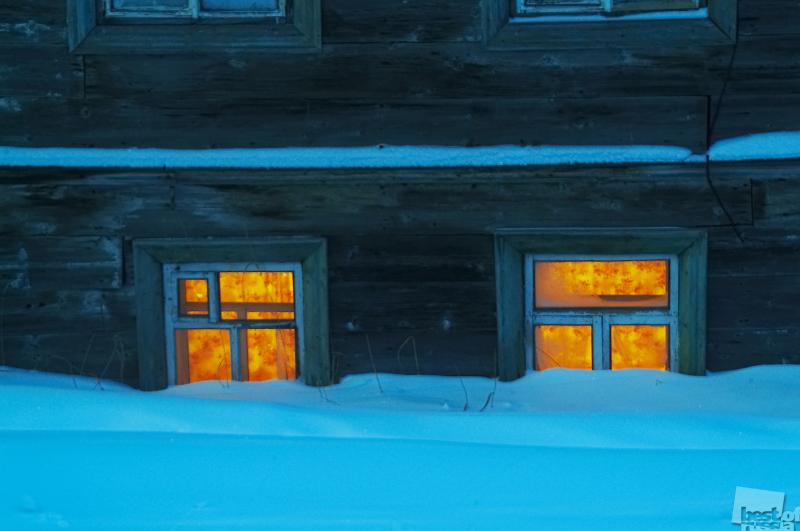 Окна первого этажа зимой. Автор Константин Кокошин.jpg