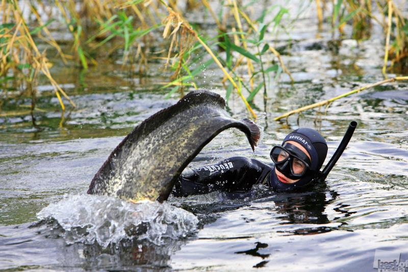 Человек и рыба. Автор Олег Лацков.jpg