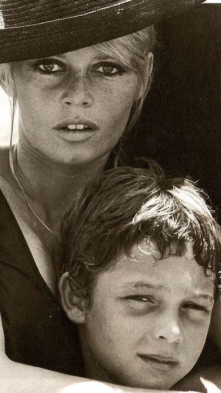 1044 Брижит Бардо и ее сын. 1967.jpg