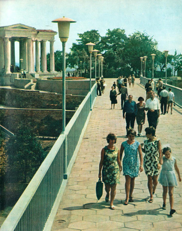 Пешеходный мост, соединяющий Комсомольский и Приморский бульвары