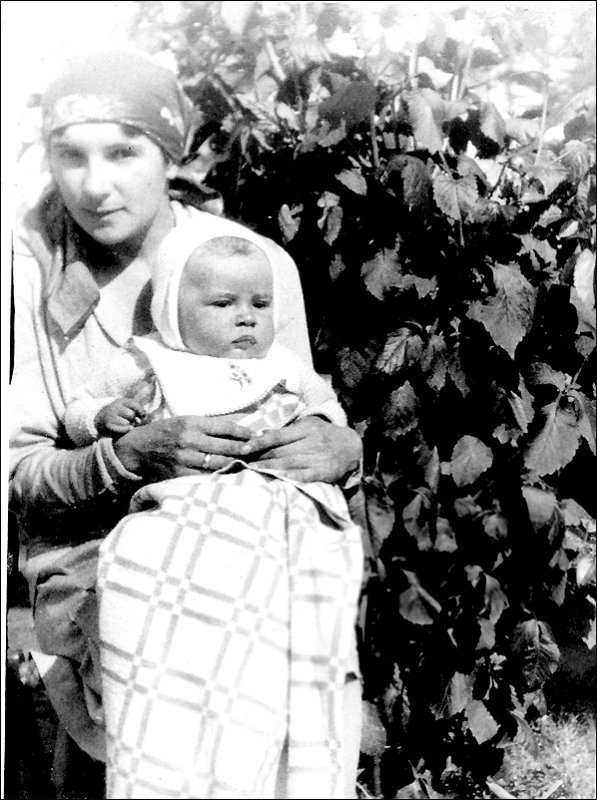 1029 Святейший Патриарх Московский и всея Руси Алексий II с мамой Еленой Иосифовной Писаревой.jpg
