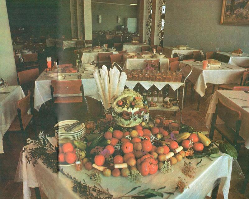 Румяные русские блины, ароматный чай, душистые плоды земли крымской - всё это можно попробовать прямо возле моря