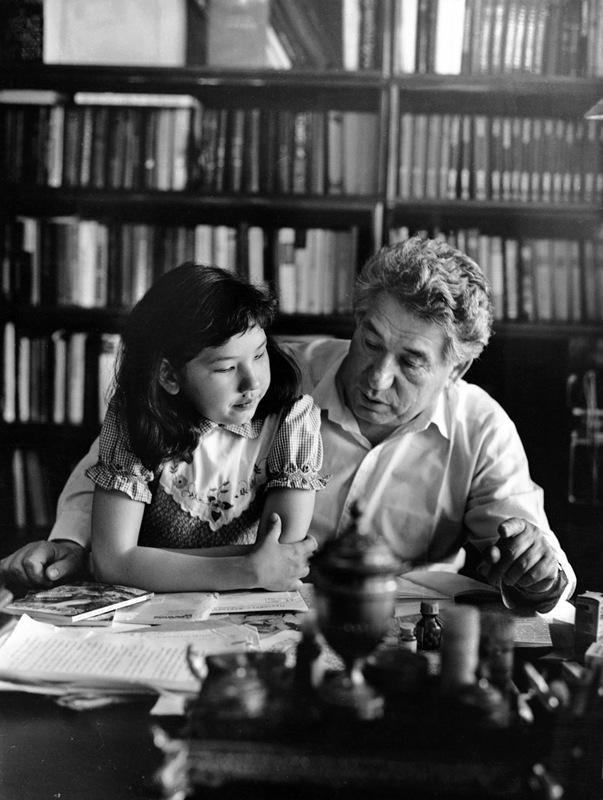 1019 Чингиз Айтматов с дочерью Ширин.jpg