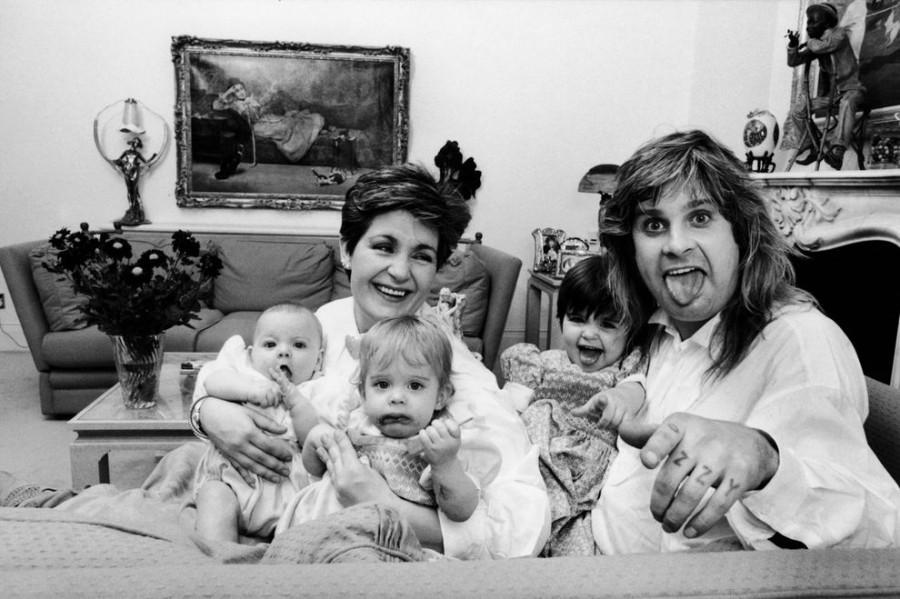021 Оззи Осборн Дома со своими детишками – дочерьми Эми и Келли и сыном Джеком в 1986 году