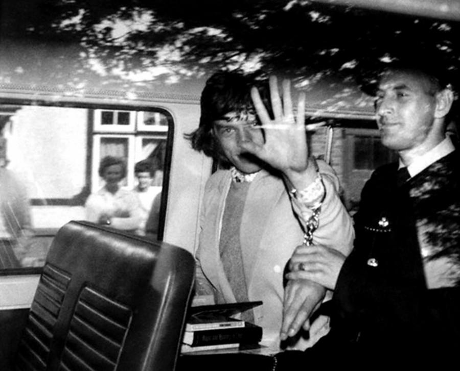 003 Мик Джаггер арестован за «стимулирующие таблетки» в Лондоне, 1967 год
