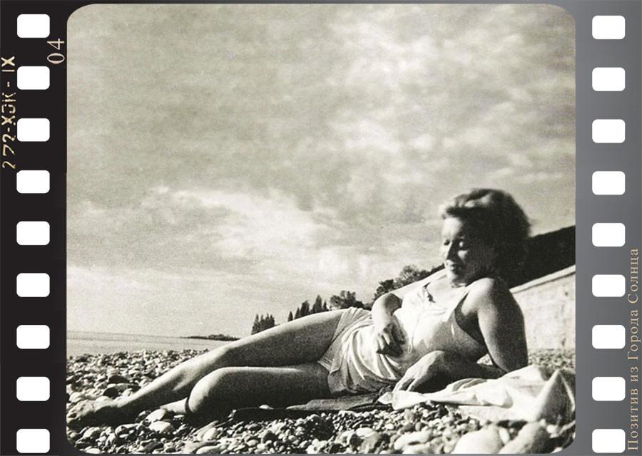 Первые красавицы советского кино в купальниках на отдыхе