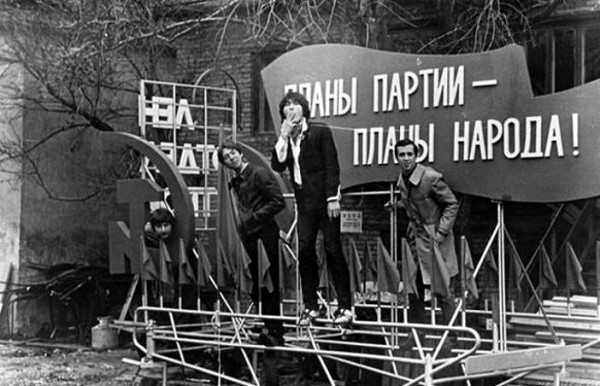 010 Виктор Цой у столярных мастерских, на работе у Майка Науменко
