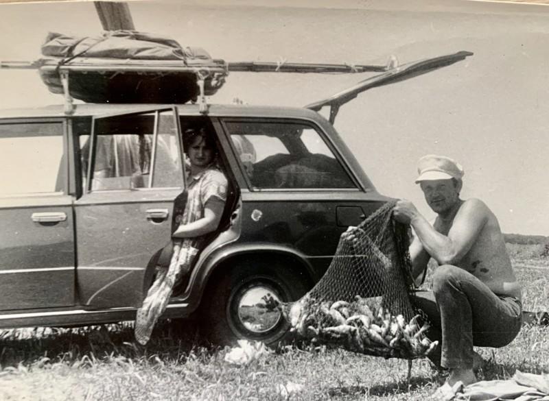 Папа и мама на рыбалке. Год, наверное, 1982-85. Смотрите сколько всякой фигни приходилось везти с собой!
