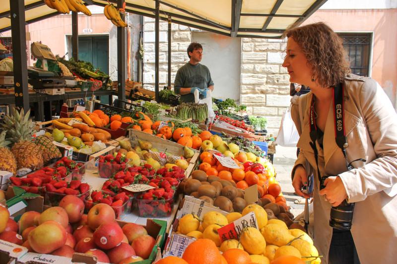 Что-то покупаю на рынке в Италии