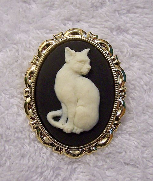 NEW-VICTORIAN-CAMEO-BROOCH-CAT-KITTEN-PET-FRIEND