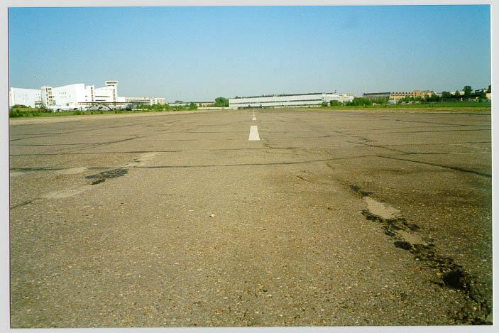 Взлётно-посадочная полоса. Вид в сторону центра Москвы.