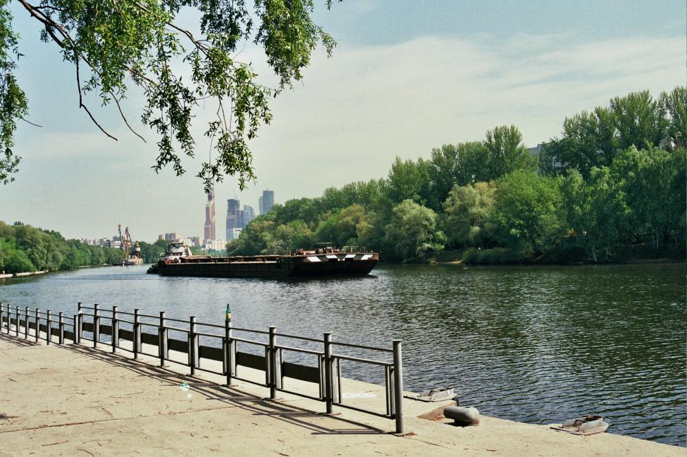Баржа на Москве-реке
