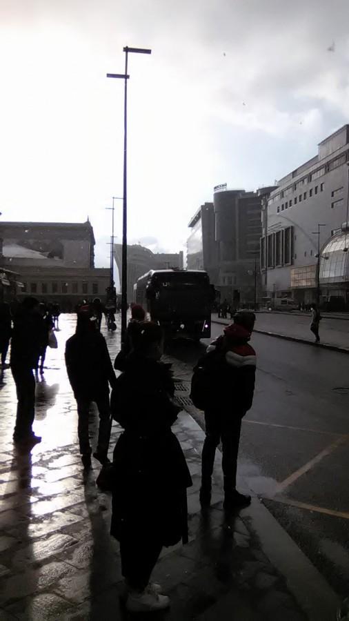 Электробус подходит к остановке у Киевского вокзала