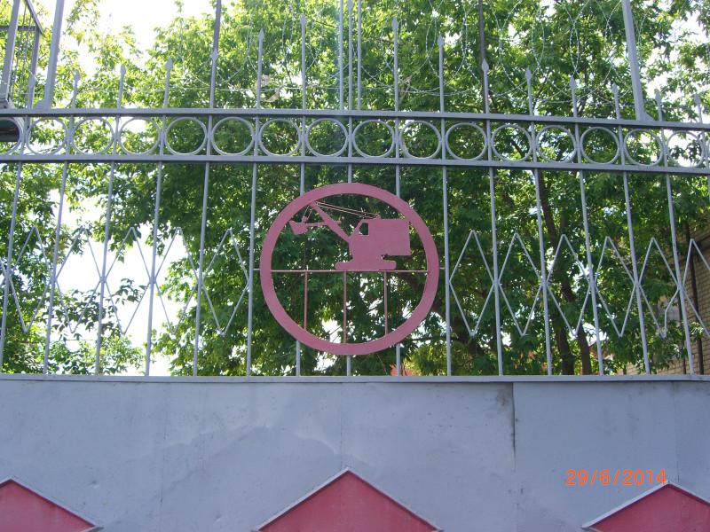 Экскаватор на воротах