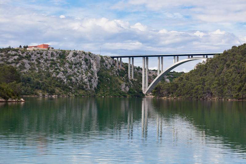 dvoevnore.com: Автомобильный мост над водой. Хорватия. Concrete modern bridge under water