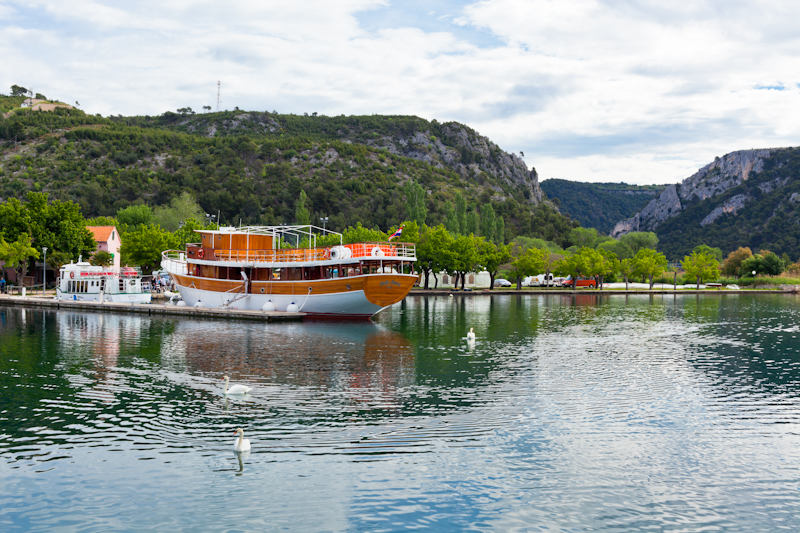 dvoevnore.com: Туристическая лодка в парк Крка, Скрадин, Хорватия. Touristic boat to National Krka park at Skradin, Croatia