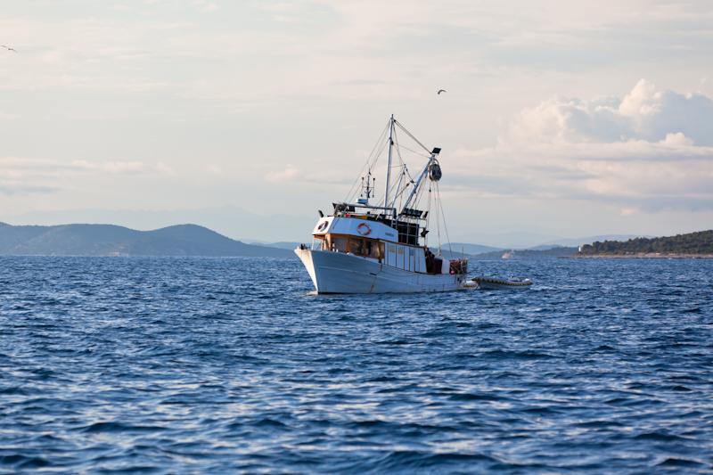 dvoevnore.com: Рыболовная лодка у хорватского берега. A fishing boat near a Croatian coast