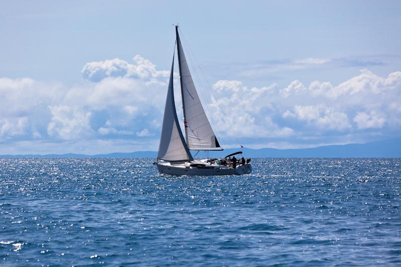 dvoevnore.com: Яхта в Адриатическом море. A yacht at the Adriatic sea