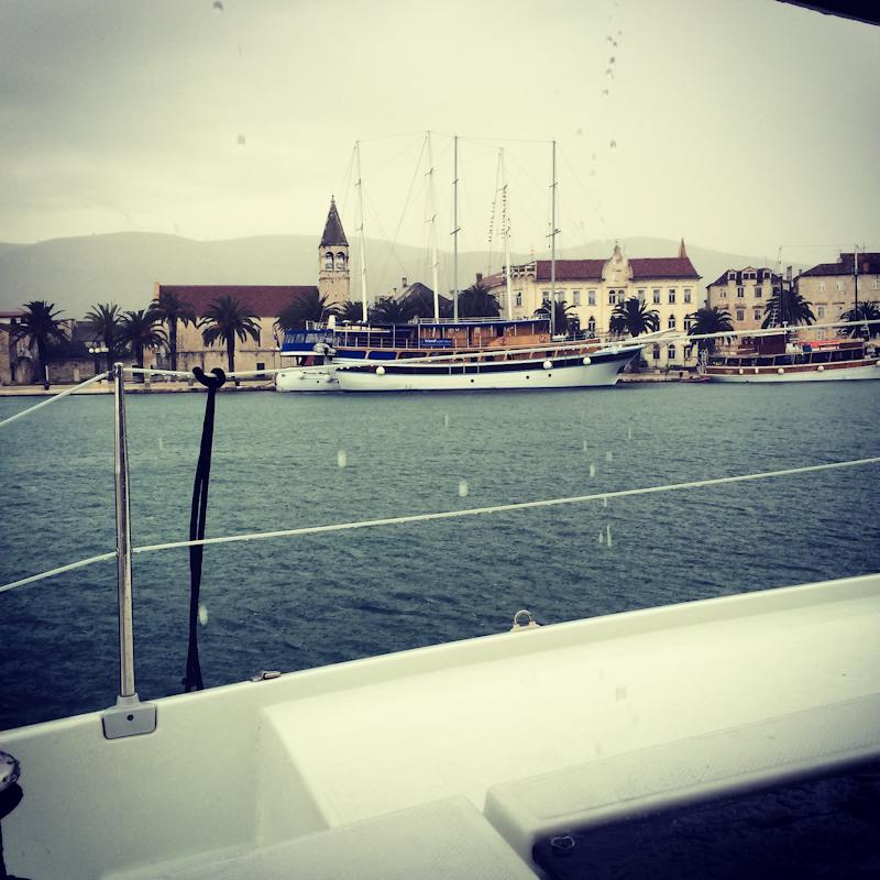 dvoevnore.com: Вид в дождь с яхты на Трогир, Хорватия. Trogir, Croatia view from a yacht side at rain