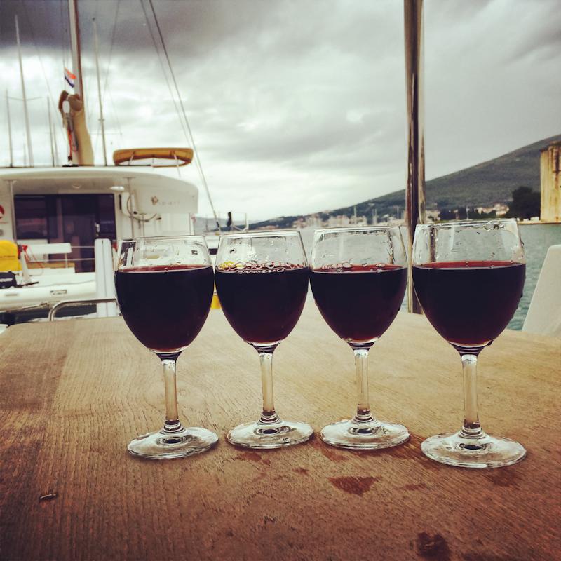 dvoevnore.com: Вино в честь окончания плавания. Glasses with wine