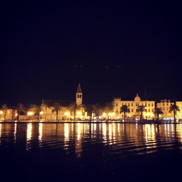 dvoevnore.com: Ночной вид города Трогир, Хорватия. Trogir, Croatia night view