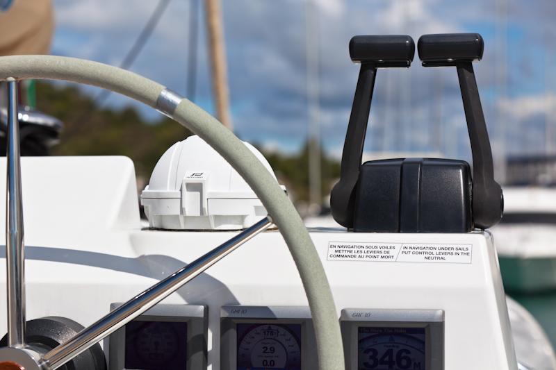 dvoevnore.com: Штурвал и навигационные приборы яхты. Sailing yacht control wheel and implement