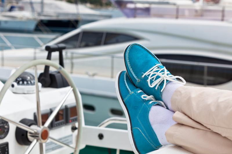 dvoevnore.com: Человек, отдыхающий на борту яхты. A man relaxing on board