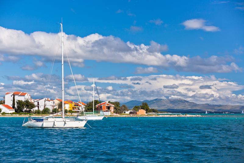 dvoevnore.com: Яхты у берега Хорватии. Croatian coastline with yachts