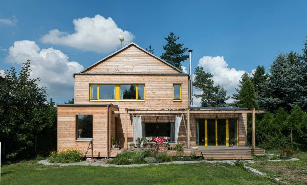 Двухэтажный деревянный дом в чешской деревне