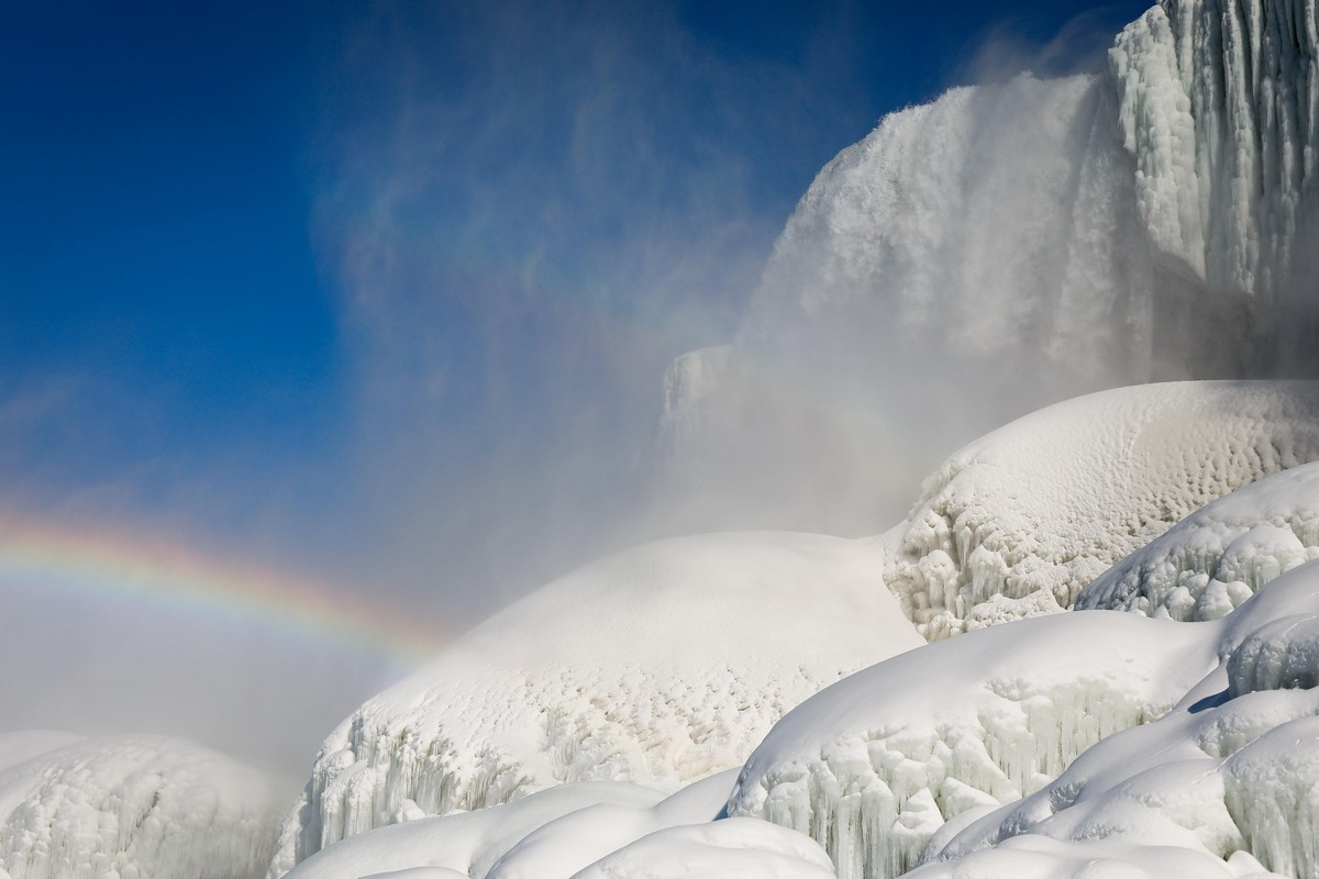Зимний шторм продолжает бушевать в США: замерз Ниагарский водопад