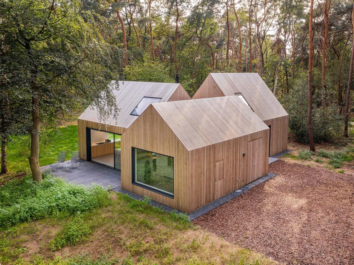 Загородная деревянная вилла, состоящая из трех архетипических домиков в Нидерландах