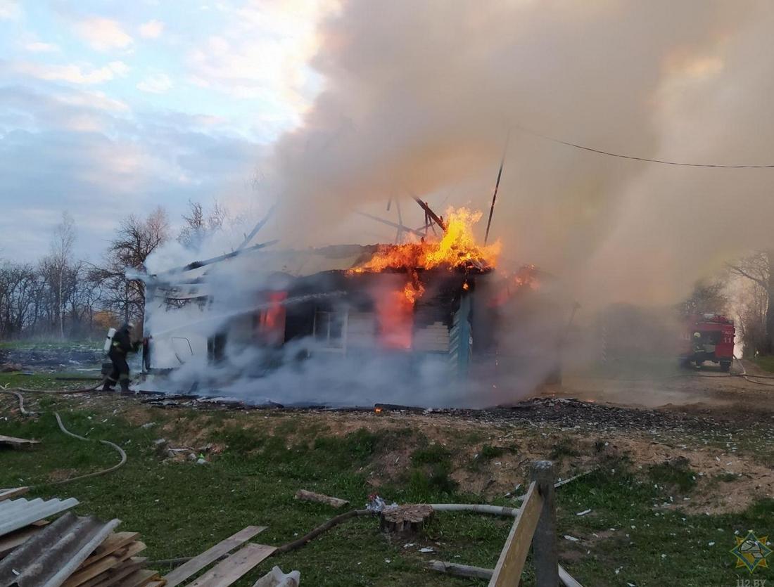 В Мядельском районе 12-летний мальчик на руках вынес из огня брата, а потом