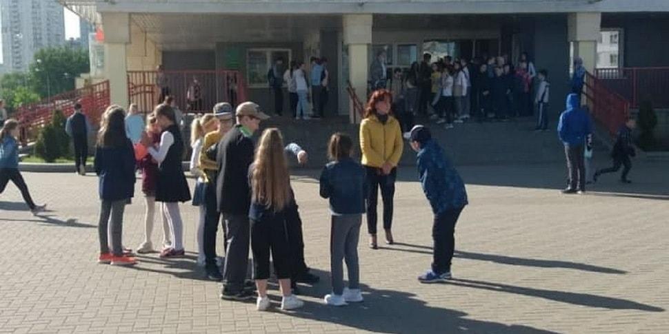 В разных городах страны эвакуируют школы: они получили сообщения о взрывных устройствах по почте