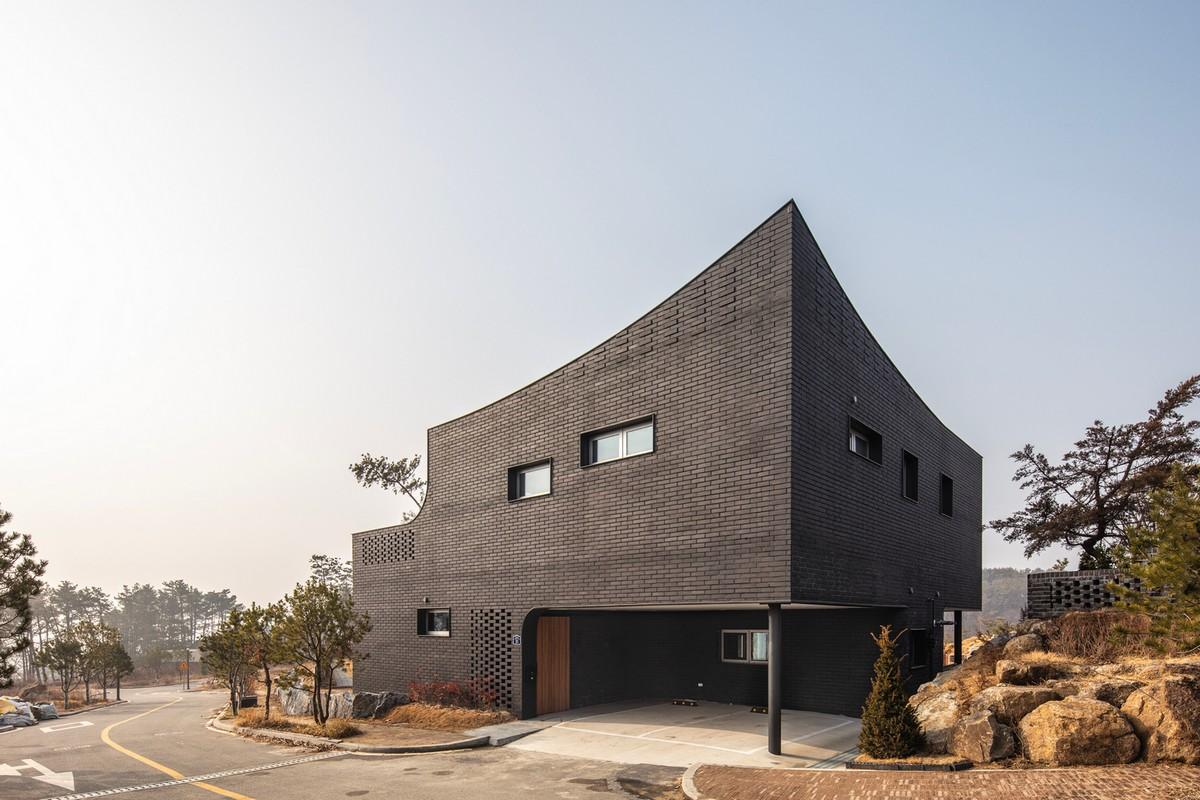 Кирпичный дом с футуристическим дизайном и минималистичной атмосферой в Южной Корее