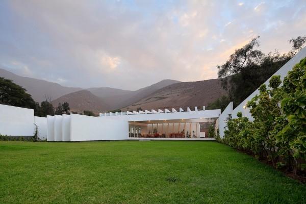 Белый дом с открытыми балками и сводчатым кирпичным потолком в Перу