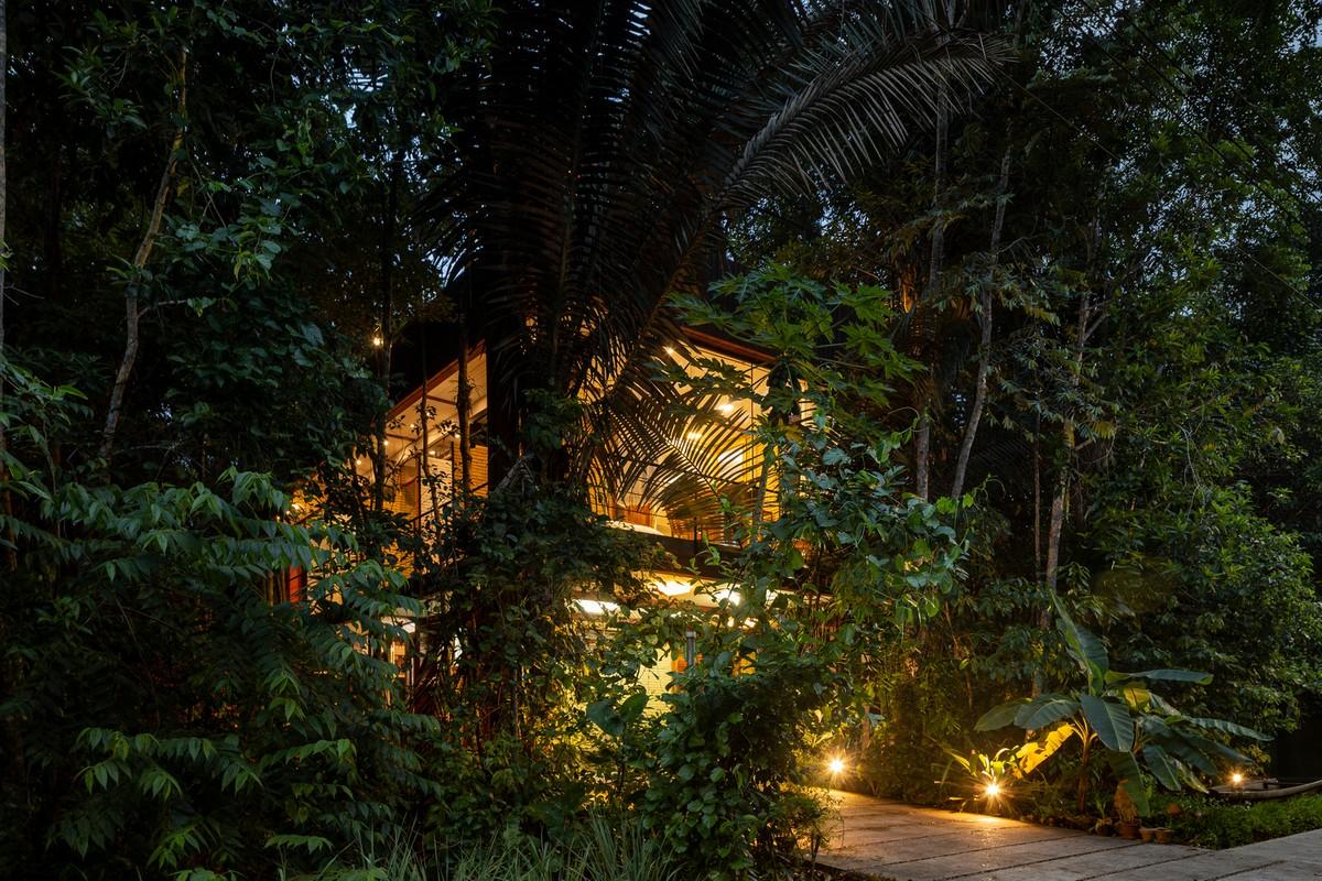 Дом в тропических лесах Бразилии